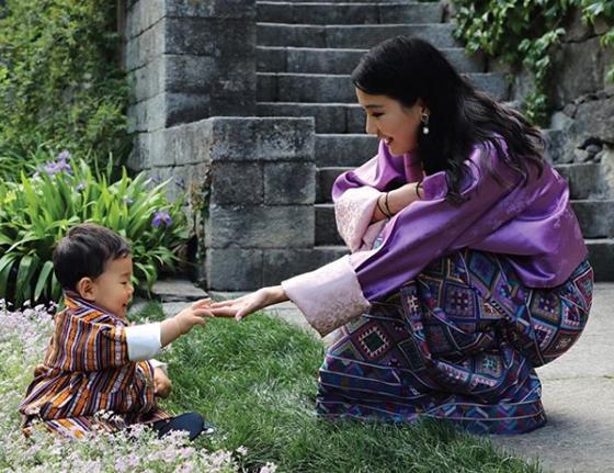 بالصور والفيديو: هذه هي أصغر ملكة في العالم صورة رقم 8