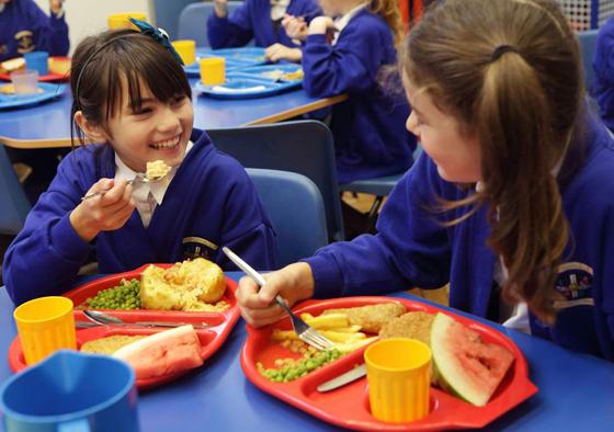 تصريح صادم لمديرة مدرسة بريطانية: تلاميذنا الفقراء يأكلون من صندوق القمامة! صورة رقم 6