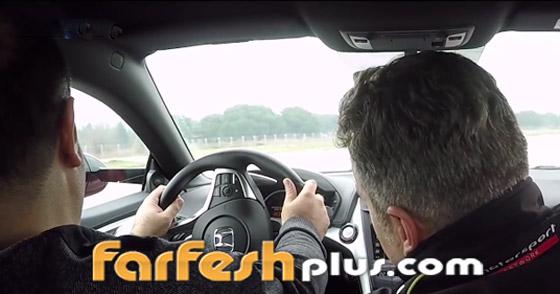 صورة رقم 10 - فيديو وصور: رجل أعمى يحقق حلمه ويقود سيارة فاخرة بسرعة جنونية!