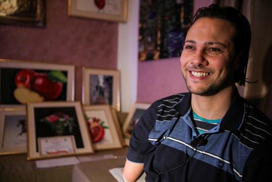 صورة رقم 3 - الشاب المعجزة.. تحد ى الإعاقة أبدع في رسم لوحاته