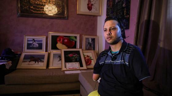 صورة رقم 4 - الشاب المعجزة.. تحد ى الإعاقة أبدع في رسم لوحاته