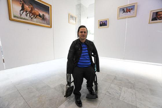 صورة رقم 5 - الشاب المعجزة.. تحد ى الإعاقة أبدع في رسم لوحاته