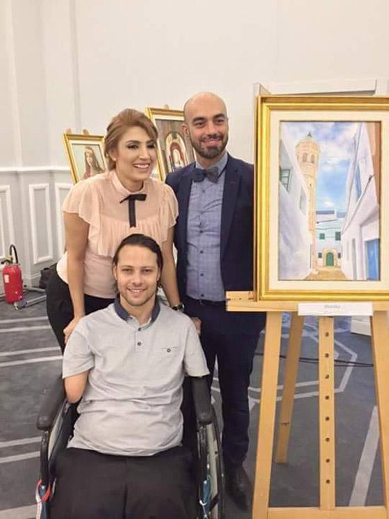 صورة رقم 1 - الشاب المعجزة.. تحد ى الإعاقة أبدع في رسم لوحاته