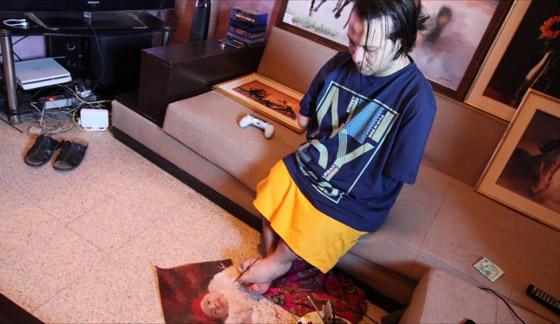 صورة رقم 8 - الشاب المعجزة.. تحد ى الإعاقة أبدع في رسم لوحاته