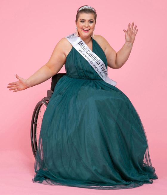 صورة رقم 1 - صور ملكة جمال على كرسي متحرك فازت بالتاج رغم  الشلل ومرض السرطان!