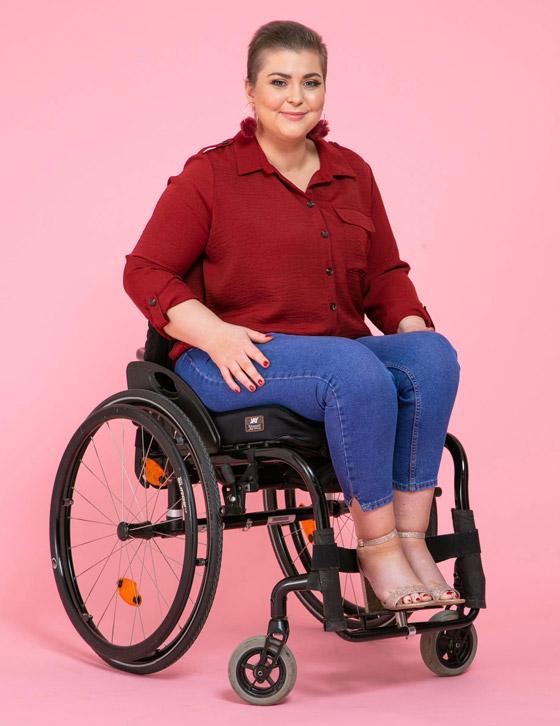 صورة رقم 3 - صور ملكة جمال على كرسي متحرك فازت بالتاج رغم  الشلل ومرض السرطان!