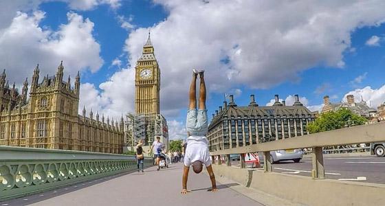صور غريبة: العُماني فهد العبري يسافر حول العالم واقفا على يديه رأسا على عقب! صورة رقم 1