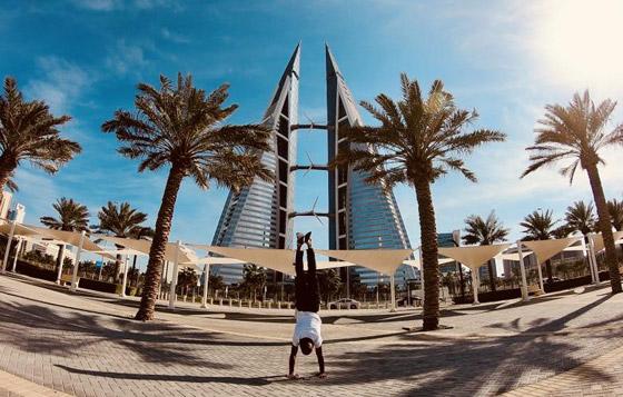 صور غريبة: العُماني فهد العبري يسافر حول العالم واقفا على يديه رأسا على عقب! صورة رقم 2