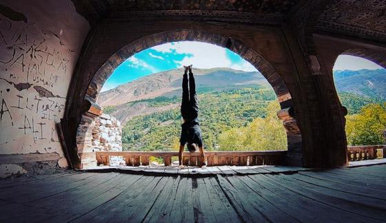 صور غريبة: العُماني فهد العبري يسافر حول العالم واقفا على يديه رأسا على عقب! صورة رقم 5