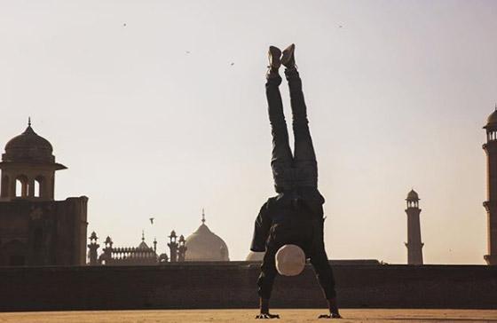 صور غريبة: العُماني فهد العبري يسافر حول العالم واقفا على يديه رأسا على عقب! صورة رقم 8