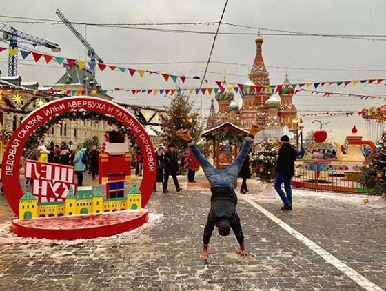 صور غريبة: العُماني فهد العبري يسافر حول العالم واقفا على يديه رأسا على عقب! صورة رقم 10