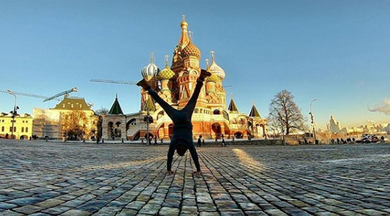 صور غريبة: العُماني فهد العبري يسافر حول العالم واقفا على يديه رأسا على عقب! صورة رقم 11