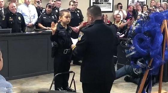 فيديو مؤثر.. شرطة تكساس الأمريكية تحقق أمنية طفلة مصابة بالسرطان صورة رقم 2