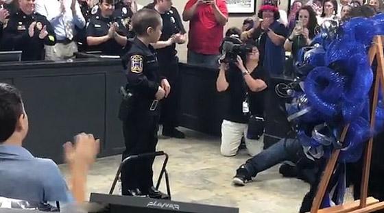 فيديو مؤثر.. شرطة تكساس الأمريكية تحقق أمنية طفلة مصابة بالسرطان صورة رقم 3
