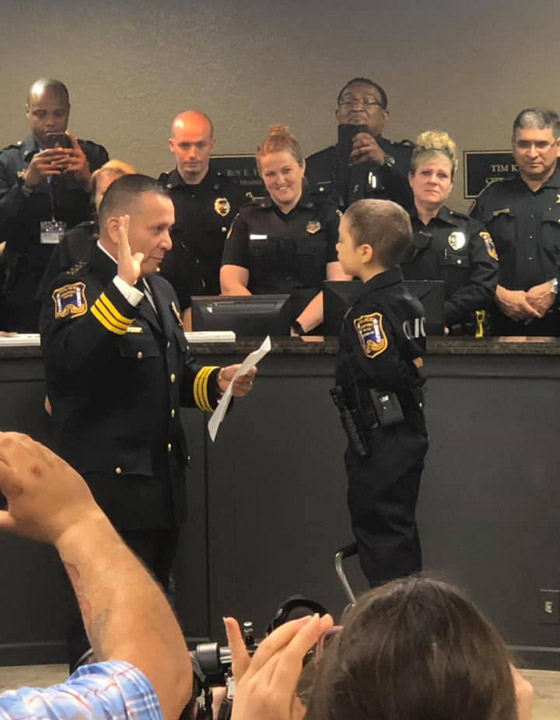 فيديو مؤثر.. شرطة تكساس الأمريكية تحقق أمنية طفلة مصابة بالسرطان صورة رقم 5