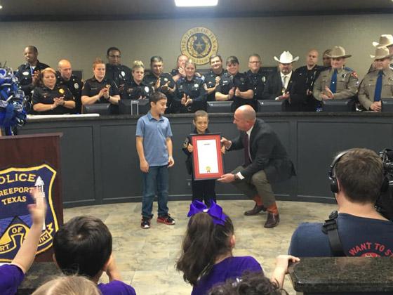 فيديو مؤثر.. شرطة تكساس الأمريكية تحقق أمنية طفلة مصابة بالسرطان صورة رقم 12
