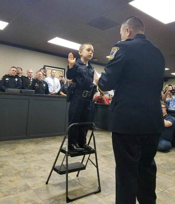 فيديو مؤثر.. شرطة تكساس الأمريكية تحقق أمنية طفلة مصابة بالسرطان صورة رقم 7