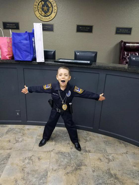 فيديو مؤثر.. شرطة تكساس الأمريكية تحقق أمنية طفلة مصابة بالسرطان صورة رقم 20