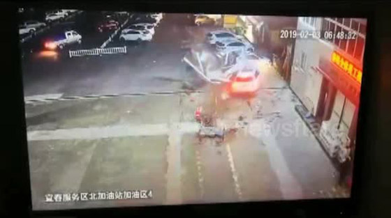 فيديو صادم: سيدة تحطم مضخة وقود بسيارتها صورة رقم 1