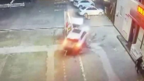 فيديو صادم: سيدة تحطم مضخة وقود بسيارتها صورة رقم 3