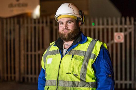 عامل قمامة فاز بـ10 ملايين إسترليني بذّرها بـ10 سنوات وعاد يعمل حطّاب!  صورة رقم 7