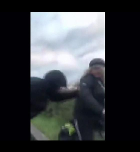 فيديو لاعتداء غير مألوف بحق سيدة على الطريق يثير الغضب صورة رقم 1