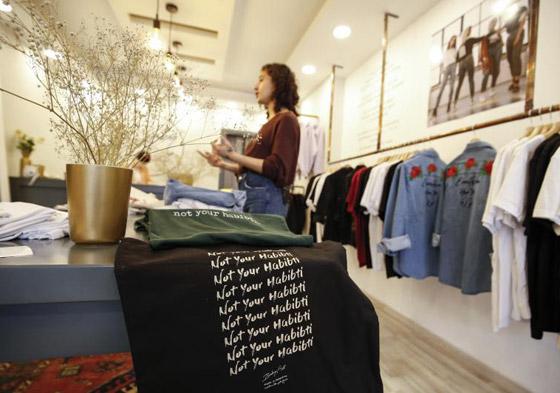 عبارة (لست حبيبتك) على أزياء مصممة فلسطينية للدفاع عن حقوق المرأة صورة رقم 3