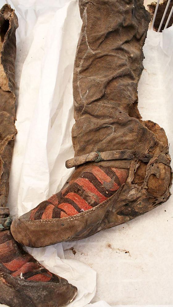 صور  مومياء عمرها 1500عام تلبس حذاء اديداس! لا تصدّق كل ما تراه! صورة رقم 4