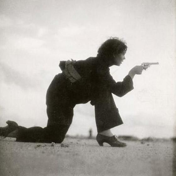 بالصور: أسماء لامعة لمصورات التقطن بعدساتهن أحداث الحروب والمظاهرات صورة رقم 1
