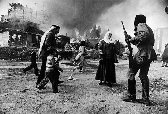 بالصور: أسماء لامعة لمصورات التقطن بعدساتهن أحداث الحروب والمظاهرات صورة رقم 4