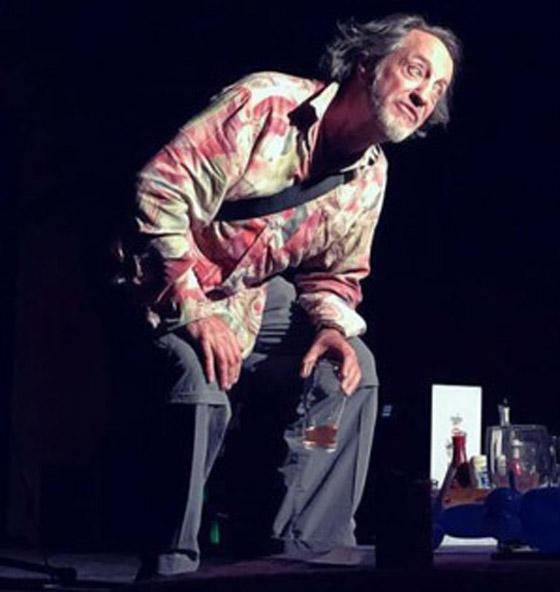 وفاة ممثل كوميدي بريطاني على المسرح والجمهور يضحك معتقدا أنه يمثل  صورة رقم 4