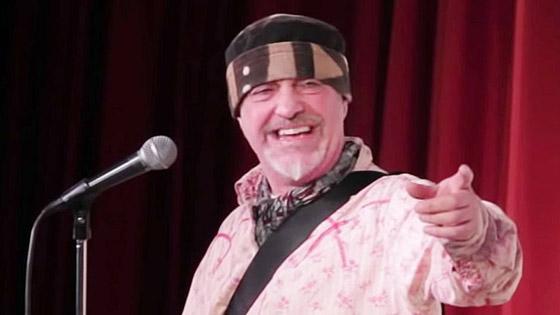 وفاة ممثل كوميدي بريطاني على المسرح والجمهور يضحك معتقدا أنه يمثل  صورة رقم 3