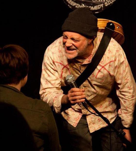 وفاة ممثل كوميدي بريطاني على المسرح والجمهور يضحك معتقدا أنه يمثل  صورة رقم 5