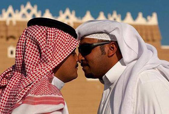 أغرب وأطرف عادات التحية في العالم: تقبيل الأنف، اخراج اللسان وشمّ الخد! صورة رقم 6