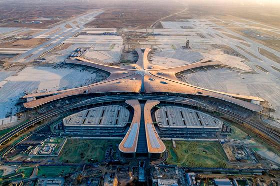 الصين تبني وتعتزم افتتاح أكبر مطار في العالم بمساحة مليون متر مربع صورة رقم 1
