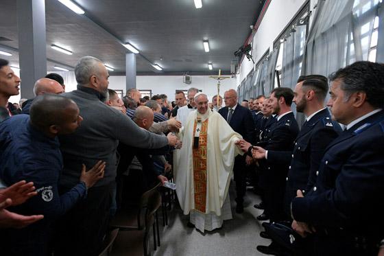 البابا فرنسيس يغسل ويقبل أقدام 12 سجينا في طقس خميس العهد! فيديو صورة رقم 1