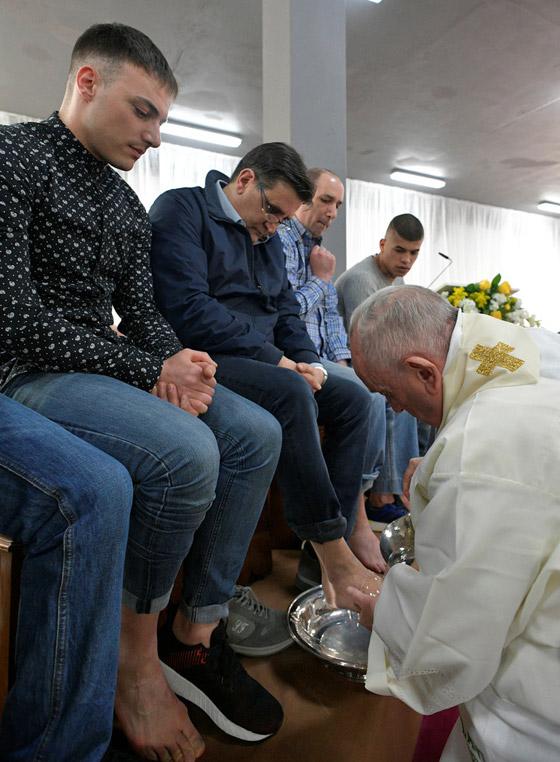 البابا فرنسيس يغسل ويقبل أقدام 12 سجينا في طقس خميس العهد! فيديو صورة رقم 3