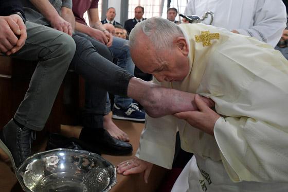 البابا فرنسيس يغسل ويقبل أقدام 12 سجينا في طقس خميس العهد! فيديو صورة رقم 4