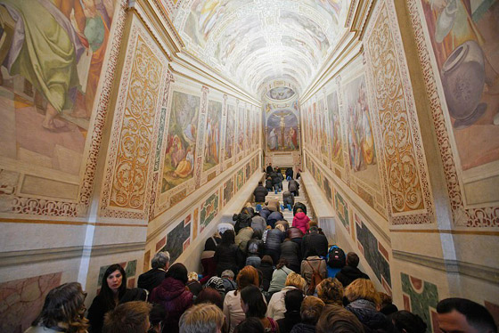 لأول مرة منذ 300 عام.. الكشف عن (الدرج المقدس) الذي صعده المسيح! صورة رقم 1