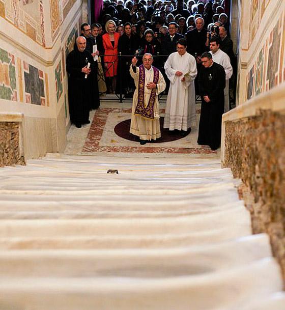 لأول مرة منذ 300 عام.. الكشف عن (الدرج المقدس) الذي صعده المسيح! صورة رقم 3