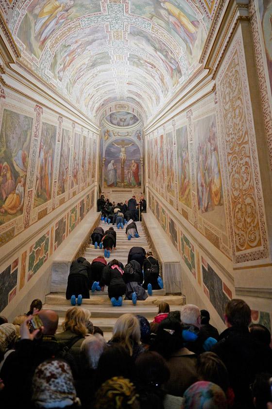 لأول مرة منذ 300 عام.. الكشف عن (الدرج المقدس) الذي صعده المسيح! صورة رقم 6