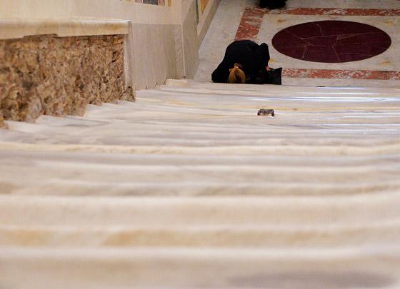 لأول مرة منذ 300 عام.. الكشف عن (الدرج المقدس) الذي صعده المسيح! صورة رقم 7