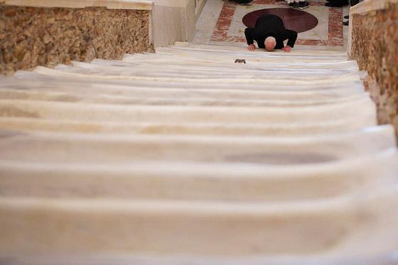 لأول مرة منذ 300 عام.. الكشف عن (الدرج المقدس) الذي صعده المسيح! صورة رقم 9