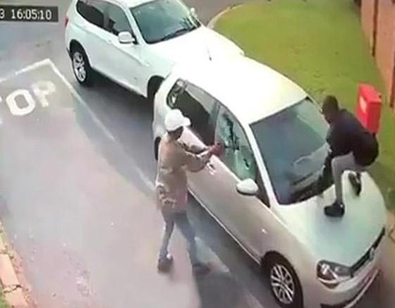 لحظات مخيفة عاشتها سائحة بعد هجوم لصان عليها وسرقة سيارتها! صورة رقم 2