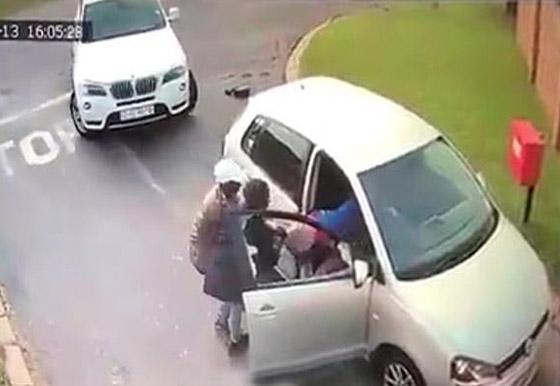 لحظات مخيفة عاشتها سائحة بعد هجوم لصان عليها وسرقة سيارتها! صورة رقم 3