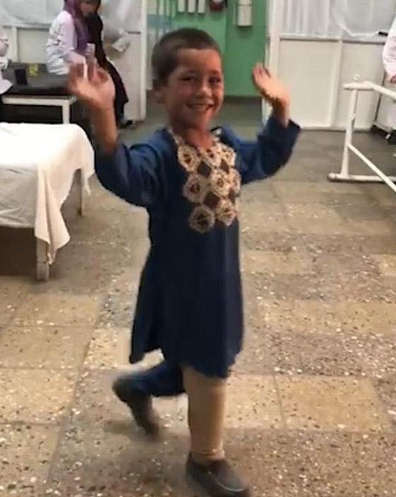 صورة رقم 6 - فيديو مؤثر.. قصة الطفل الأفغاني مبتور القدم الذي خطف قلوب العالم