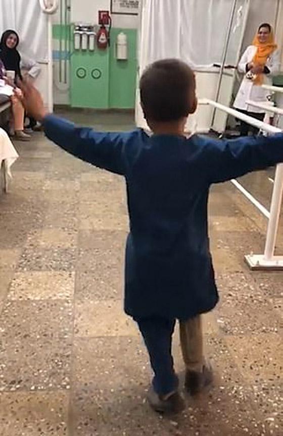 صورة رقم 7 - فيديو مؤثر.. قصة الطفل الأفغاني مبتور القدم الذي خطف قلوب العالم