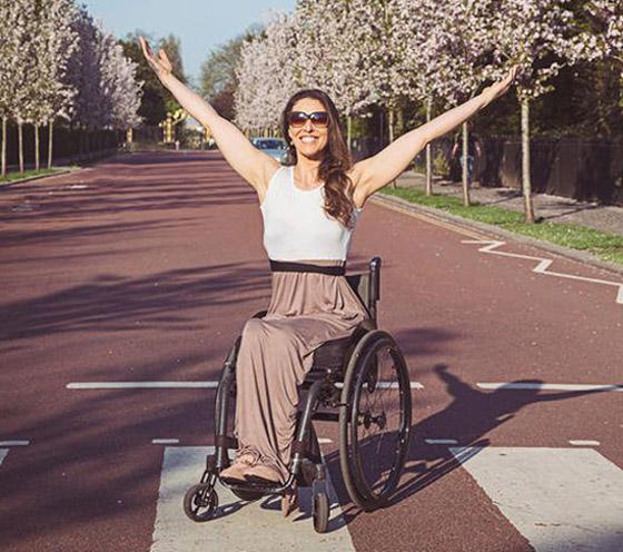 صورة رقم 1 - برازيلية مقعدة تتحدى إعاقتها وتطلق أول علامة تجارية لصاحبات الهمم