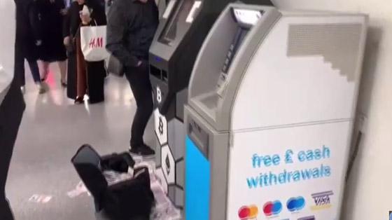 صراف آلي يصاب بالجنون ويدفع النقود على الطريق.. فيديو صورة رقم 2