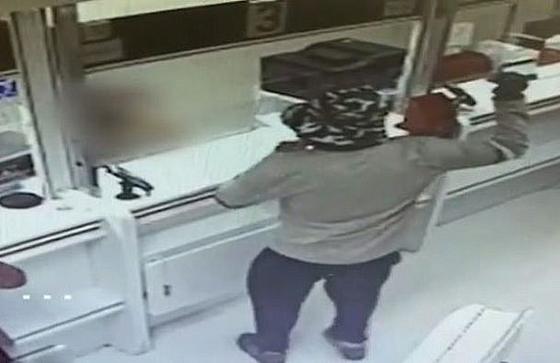 بالفيديو: رجل إسرائيلي ينجح في سرقة بنكين بقنبلة أفوكادو صورة رقم 2